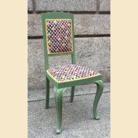 Sedia verde con tessuto coloratissimo