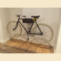 Supporto per bicicletta a muro con svuota tasche
