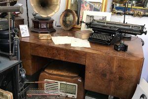 Scrivania in radica marchiata Ghestapo