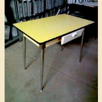 Tavolini in formica giallo con cassetto