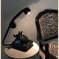 Lampada led orientabile ricavata da un vecchio telefono