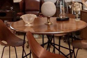 Tavolo rotondo anni '50 in noce con struttura gambe in tubolare nero